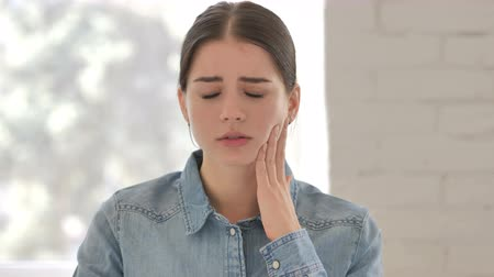 cavidade : Toothache, Young Girl Face with Tooth Infection