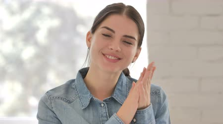 concordar : Young Woman Looking At Camera At Work, Applauding Stock Footage