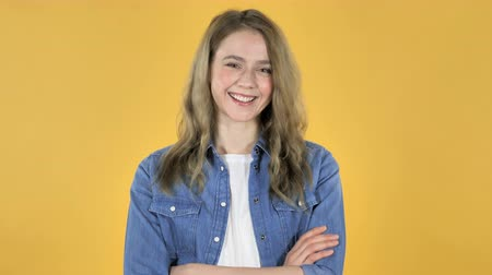 rada : Young Pretty Girl Shaking Head to Accept on Yellow Background Wideo