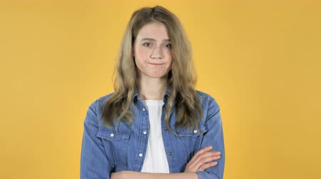 azaltmak : Young Pretty Girl Shaking Head to Yellow Background