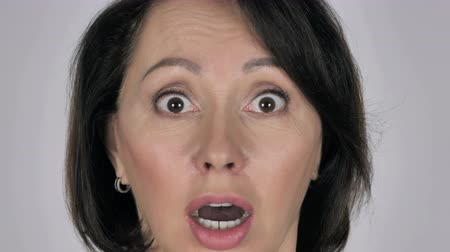 choque : Close Up of Shocked, Wondering Businesswoman Face Stock Footage