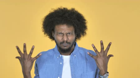 逆境 : Fighting Angry Afro-American Man on Yellow Background