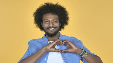 związek : Handmade Heart by Afro-American Man on Yellow Background Wideo