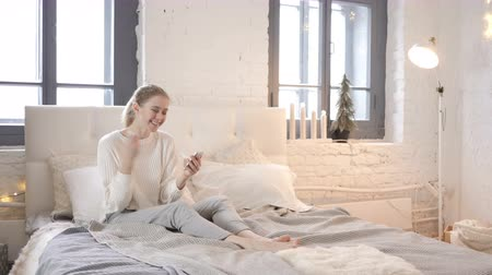 financiamento : Online Shopping via Smartphone by Young Girl Sitting in Bed Vídeos
