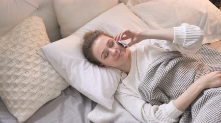 discar : Top View of Young Girl Talking on Phone in Bed