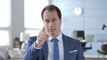 трейдер : Middle Aged Businessman Pointing with Finger