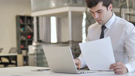 banqueiro : Businessman Working on Documents and Paperwork Stock Footage