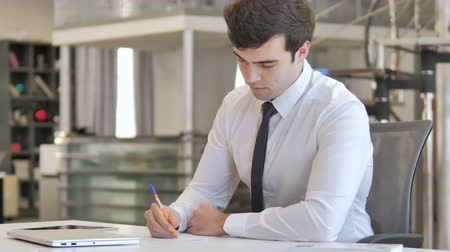 документация : Young Businessman Writing Letter at Work, Paperwork Стоковые видеозаписи