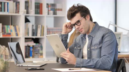 navegar : Upset Creative Man Reacting to Loss on Tablet in Office Stock Footage