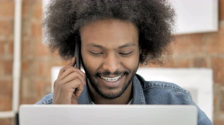 llamada telefonica : Close up of African Man Talking on Phone Archivo de Video
