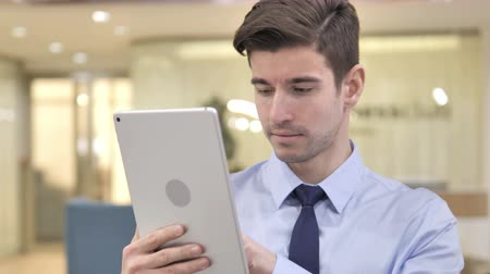 elszánt : Businessman Using Tablet PC