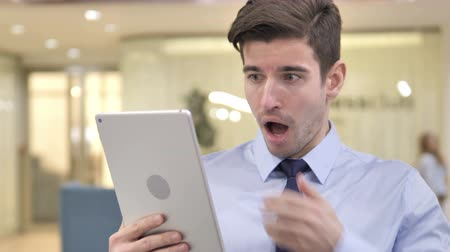 elszánt : Businessman Reacting to Loss on Tablet