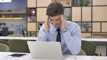 elszánt : Tired Businessman with Headache at Work