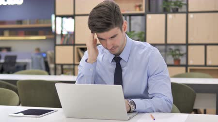 elszánt : Headache, Frustrated Businessman Working on Laptop
