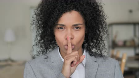rejeitar : Fingers on Lips by African Businesswoman, Silence Please