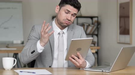 idéia genial : Businessman Reacting to Loss on Tablet