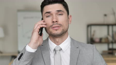 discar : Businessman Talking on Phone for Business