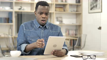 napětí : African Man Reacting While Using Tablet