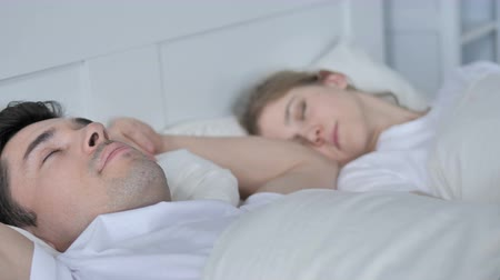 nuda : Young Couple Sleeping in Bed