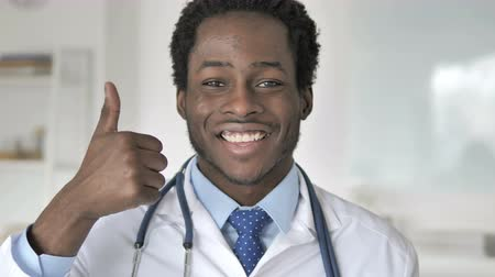 sikerül : Thumbs Up by African Doctor Stock mozgókép