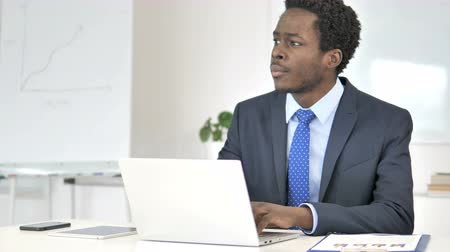 megvitatása : Thinking African Businessman Working on Laptop