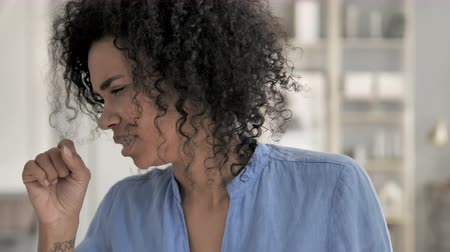 garganta : Cough, Portrait of Sick African Woman Coughing Stock Footage