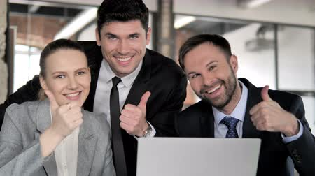 suceder : Thumbs Up by Business People at Work