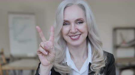 lenyűgözött : Victory Sign by Positive Mature Business Woman