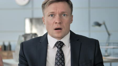 изумление : Portrait of Shocked Businessman Стоковые видеозаписи