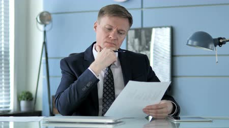 bankier : Businessman Reading Documents