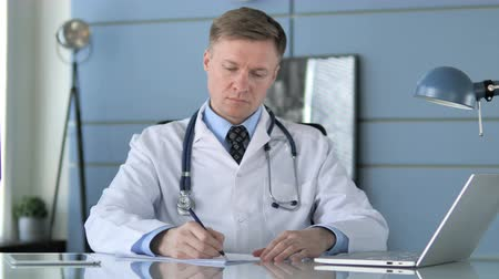 подпись : Doctor Writing Treatment Plan for Patient