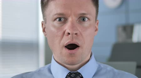 удивительный : Face Close up of Surprised Businessman