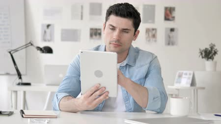 megvitatása : Casual Young Man Using Tablet in Office