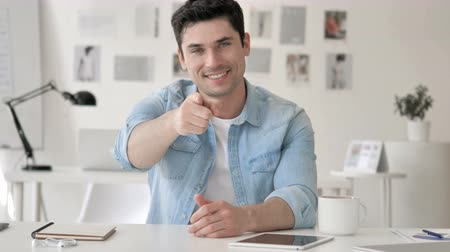 convidativo : Casual Young Man Pointing with Finger toward Camera