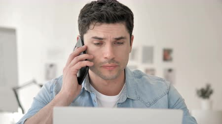 discar : Casual Young Man Talking on Phone with Client Stock Footage