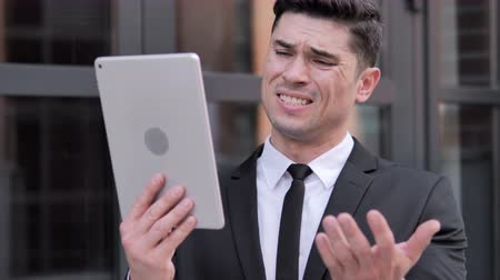 handlowiec : Businessman Reacting to Loss on Tablet, Outdoor Wideo