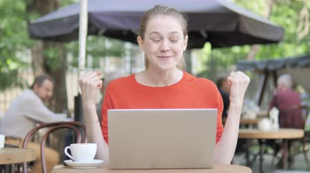 преуспевать : Young Woman Celebrating on Laptop Sitting in Cafe Terrace