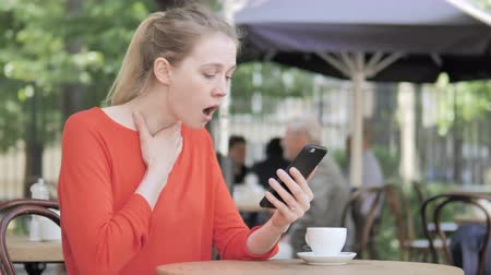терраса : Young Woman Upset by Loss on Smartphone, Sitting in Cafe Terrace Стоковые видеозаписи