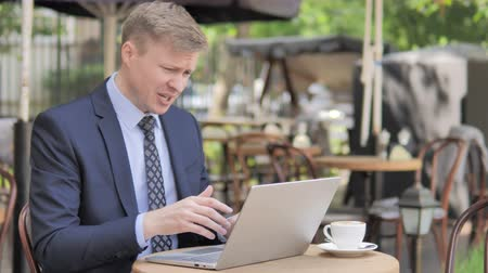 терраса : Businessman in Shock on Laptop, Outdoor Cafe