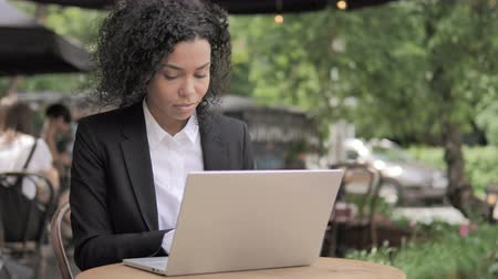терраса : African Woman Working in Laptop Cafe