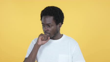 tosse : Sick Young African Man Coughing Isolated on Yellow Background