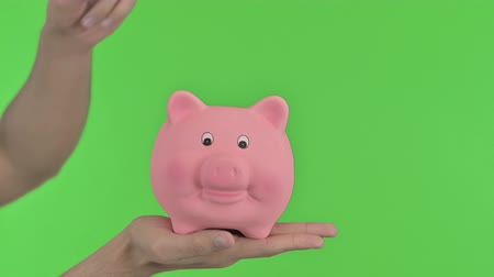 копилку : Putting Money in Piggy Bank, Chroma Key