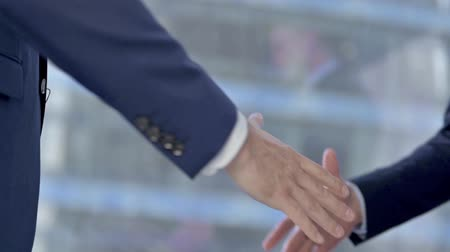 kapatmak : Businessmen Shaking Hand while Meeting at Work Stok Video
