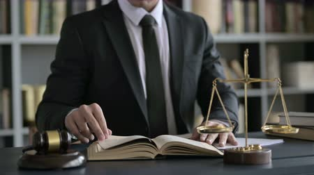судья : Close up Shoot of Lawyer Hands Reading Book on Court Desk Стоковые видеозаписи