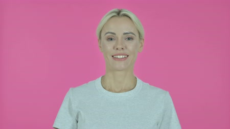 hayranlık : Yes, Young Woman Shaking Head to Accept on Pink Background