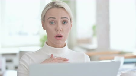 só as mulheres jovens : Portrait of Young Businesswoman get Shocked on Laptop