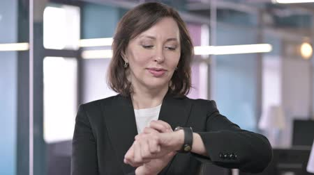 urgência : Portrait of Focused Middle Aged Professional using Smart Watch
