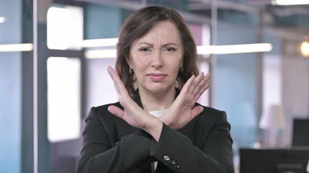 separação : Portrait of Middle Aged Businesswoman saying No with Hand Gesture