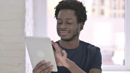野心的な : Portrait of Ambitious Young African American Man using Tablet in Office