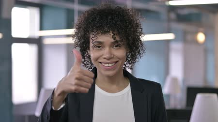 só as mulheres jovens : Portrait of Successful African Businesswoman showing Thumbs Up